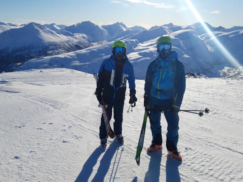 to elever med ski på Strandafjellet