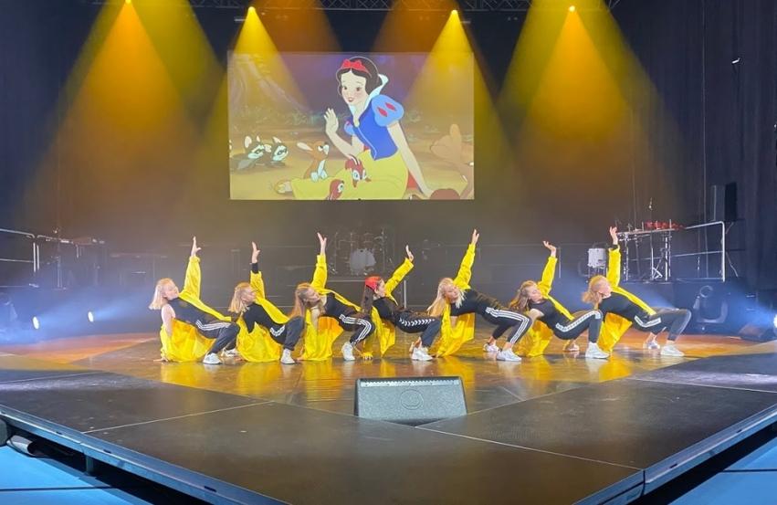 dansere på scenen i Braatthallen under storkonserten 2020
