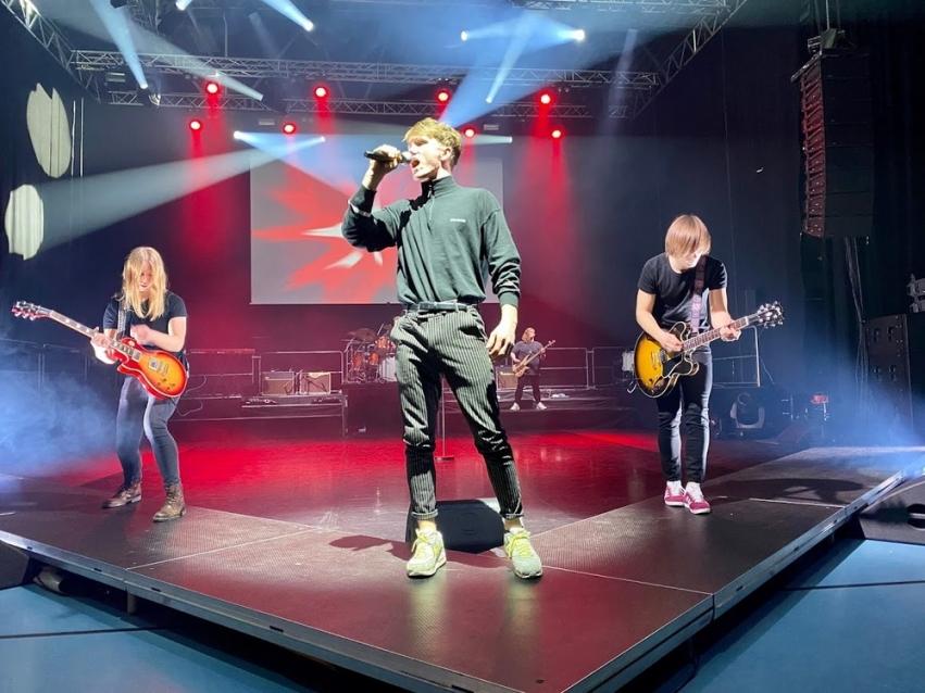 Sang og gitarspill på scenen i Braatthallen 2020