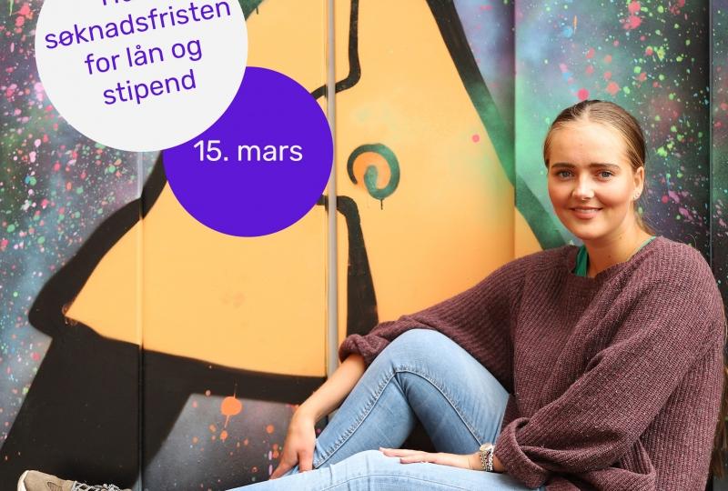 Lånekassen sitt illustrasjonsfoto i høve søknadsfristen for lån og stipend, Bilde er av sporty, ung jente foran røft mala vegg.