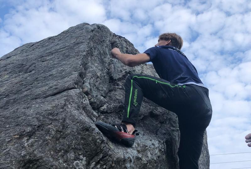elev klatrer på Melen