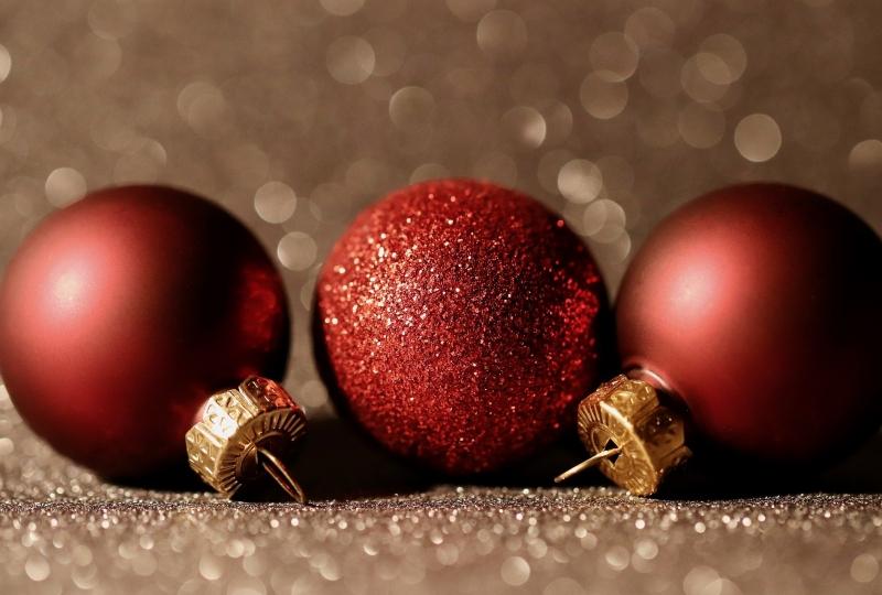 bilde av tre røde julekuler